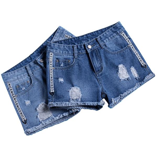กางเกงยีนส์ขาสั้นแนวเซอร์ แต่งแถบอักษรด้านข้าง