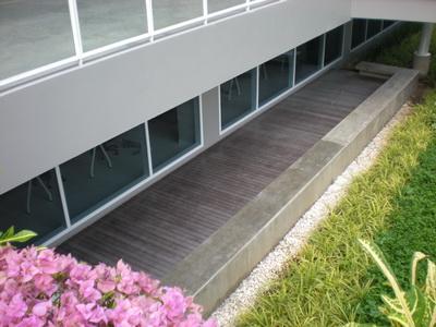 พื้นไม้ ไม้เทียม รอบอาคาร Bangkok University ม.กรุงเทพ