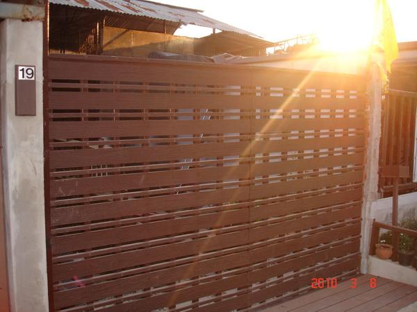 ระแนงรั้วไม้เทียมและป้ายไม้เทียมบริษัท โซลูแมท จำกัด