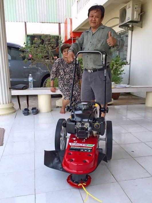 ขอบพระคุณท่านลูกค้า คุณจิรวัฒน์ ( ราชาเทวะ จ.สมุทรปราการ ) ได้เดินทางมาทดสอบและสั่งซื้อรถตัดหญ้า มินิ 2 in 1 ติดตั้งเครื่องยนต์ KACHI 5.5 แรงม้า โดยทางโรงงานสาธิตการใช้งานและการบำรุงรักษาให้เรียบร้อยแล้วครับ