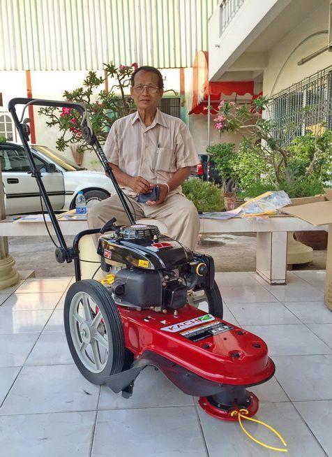 ขอบพระคุณท่านลูกค้า พลตรีณรงค์ จากนนทบุรี ได้เดินทางมาทดสอบและสั่งซื้อรถตัดหญ้า มินิ 2 in 1 ติดตั้งเครื่องยนต์ KACHI 5.5 แรงม้า โดยทางโรงงานสาธิตการใช้งานและการบำรุงรักษาให้เรียบร้อยแล้วครับ