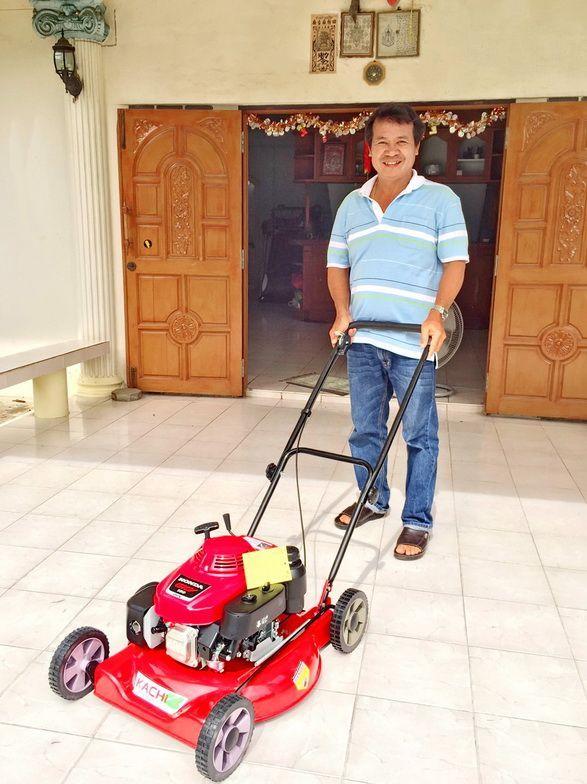 ขอบพระคุณท่านลูกค้า คุณวาสนา ( ลูกค้าเก่า )  ได้สั่งซื้อรถตัดหญ้า 4 ล้อสนาม รัศมีตัด 20 นิ้ว รุ่นพ่นหญ้าออกข้าง ติดตั้งเครื่องยนต์ HONDA GXV160 5.5 แรงม้า ไปเสริมทัพเพิ่มอีก 1 คัน โดยทางโรงงานสาธิตการใช้งานและการบำรุงรักษาให้เป็นที่เรียบร้อยแล้วครับ