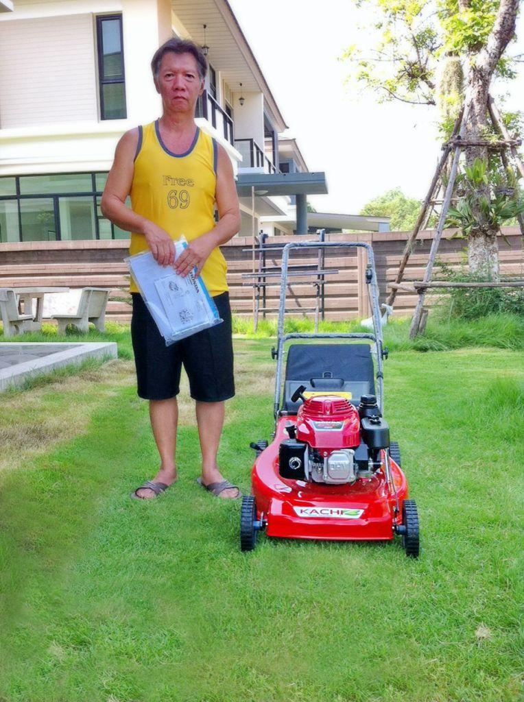 ขอบพระคุณท่านลูกค้า คุณวรรณวิภาภรณ์ อ.บางกรวย นนทบุรีได้สั่งซื้อรถตัดหญ้า 4 ล้อสนาม รุ่นมีถุงเก็บหญ้า ติดตั้งเครื่องยนต์ HONDA GXV160 5.5 แรงม้า ทางโรงงานสอนการใช้งานพร้อมทั้งการดูแลรักษาให้เรียบร้อยแล้วครับ
