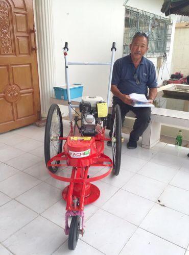 ขอบพระคุณท่านลูกค้า คุณบริพันธ์ จ.เพชรบุรี ได้เดินทางมาทดสอบและสั่งซื้อรถตัดหญ้า 3 ล้อจักรยาน ล้อยางชนิดตัน ติดตั้งเครื่องยนต์ HONDA GP160 5.5 แรงม้า โดยทางโรงงานได้สาธิตวิธีการใช้งานและการบำรุงรักษาให้เป็นที่เรียบร้อยแล้วครับ