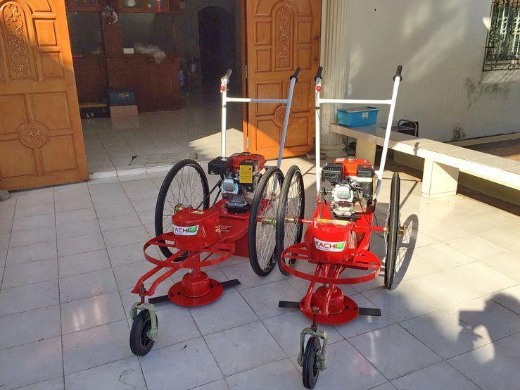 ขอบพระคุณท่านลูกค้า บจ.รุ่งเรืองกิจการช่าง ได้เดินทางมาทดสอบและสั่งซื้อรถตัดหญ้า 3 ล้อจักรยาน ล้อยางตัน ติดตั้งเครื่องยนต์ KOJIMA 5.5 แรงม้า โดยทางโรงงานได้สอนวิธีการใช้งานและการบำรุงรักษาเป็นที่เรียบร้อยแล้วครับ