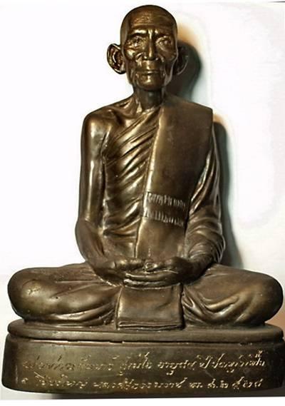 พระบูชารูปเหมือนรุ่นแรก หลวงปู่จันทร์ สุเมโธ วัดทุ่งเฟื้อ ปี 2528