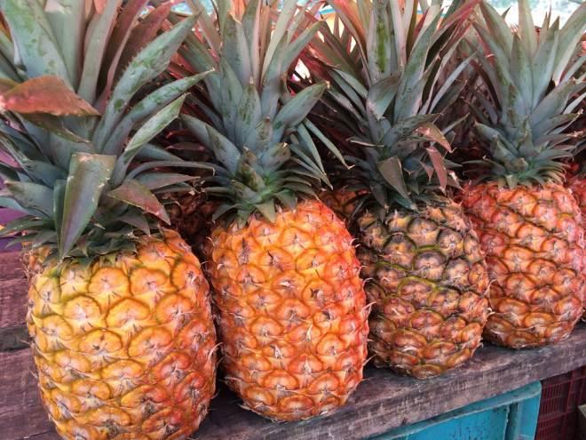 สับปะรด ในภาษาจีนแต้จิ๋วเรียกว่า อั่งไล้ เรียกความโชคดี