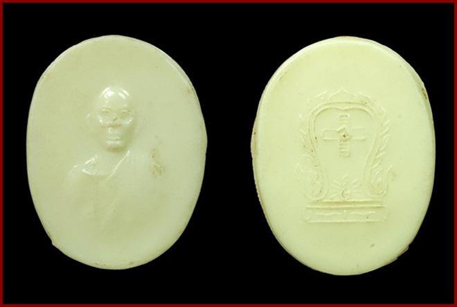 เหรียญหลวงพ่อโอภาสี เนื้อพลาสติกสีขาว หลังยันต์เสมาสวัสดิกะ