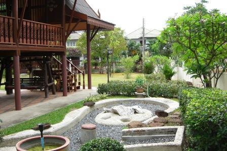 สวนหย่อมข้างบ้าน (side garden)