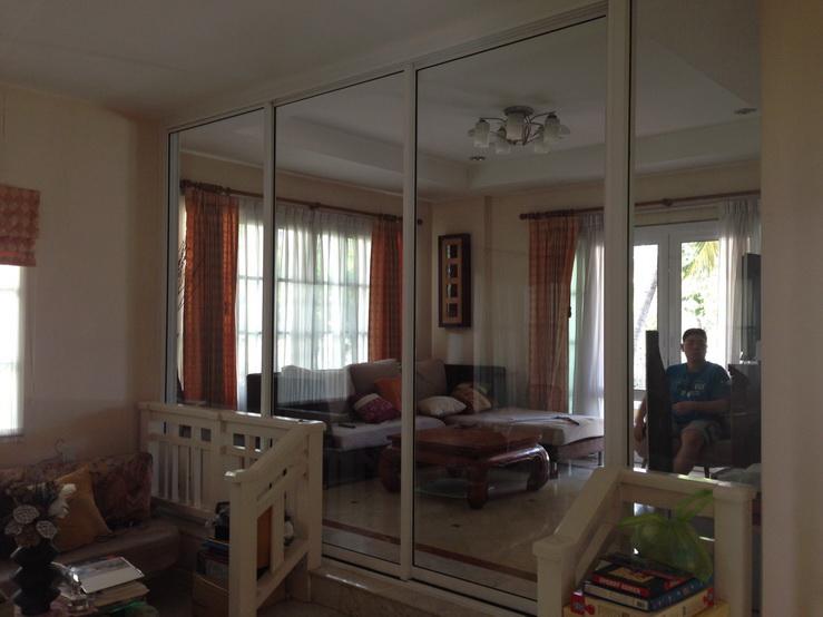 กระจกกั้นส่วนในบ้าน