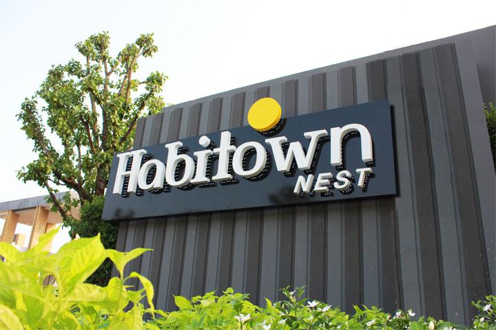 งานผลิตและติดตั้งป้าย Habitown Nest