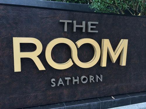 ป้ายหน้าโครงการ The Room Sathorn สแตนเลสทำสี ไส้กลางเป็นอะคริลิกใส ออกไฟด้านข้าง