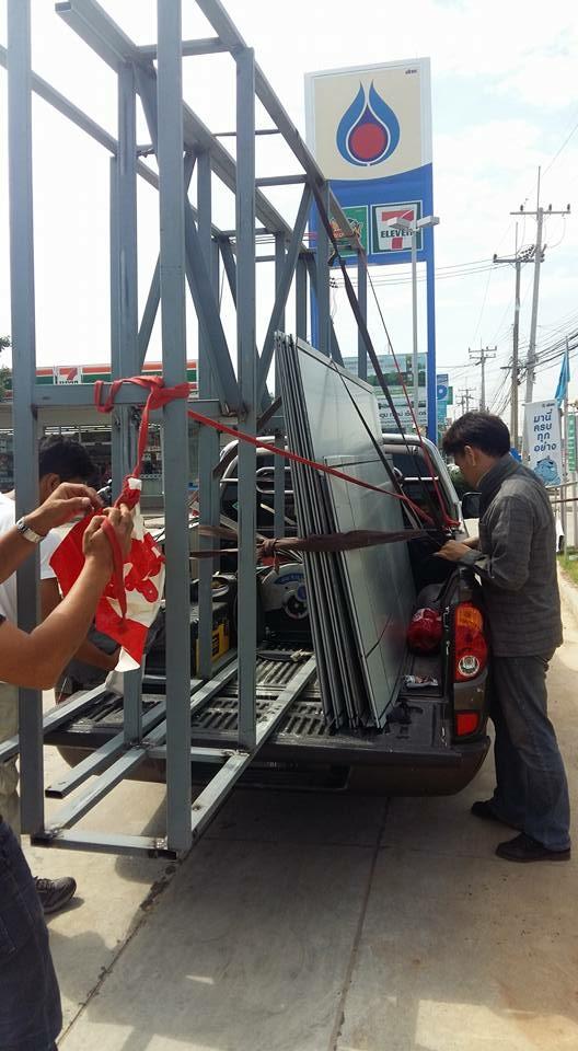 ขนโครงป้ายและอุปกรณ์เตรียมติดตั้งที่หน้างาน