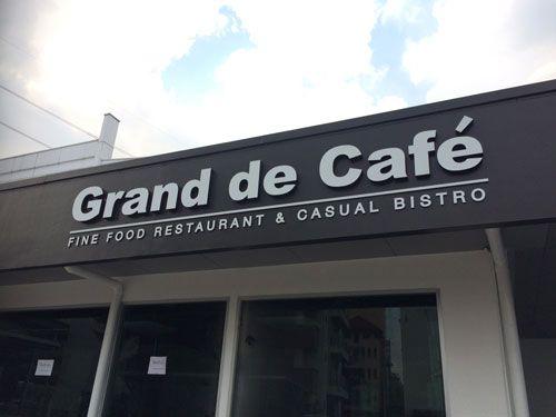 ตัวอักษรซิงค์ ทำสีหน้าขาว ขอบดำ หน้าร้าน Grand De Cafe