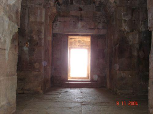 ไขปริศนา!!! ทอแสงสุริยาที่สาดส่อง ตกต้อง 15 ช่องบานประตู ปราสาทหินพนมรุ้ง